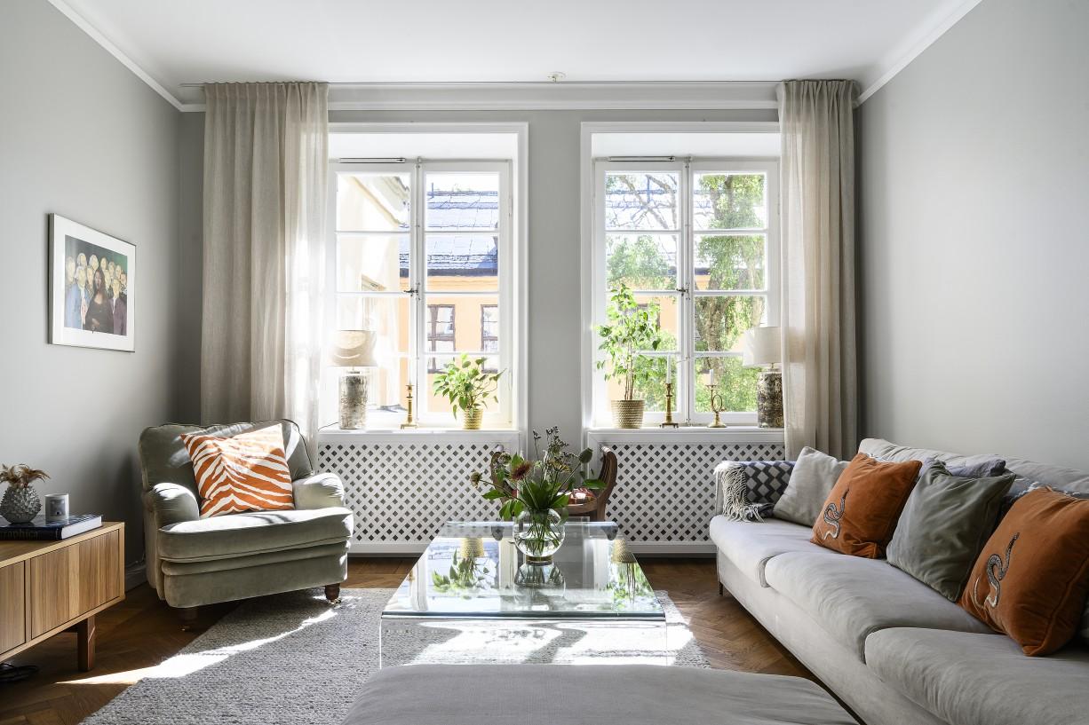 Rymligt vardagsrum med dubbla fönster Hantverkargatan 7