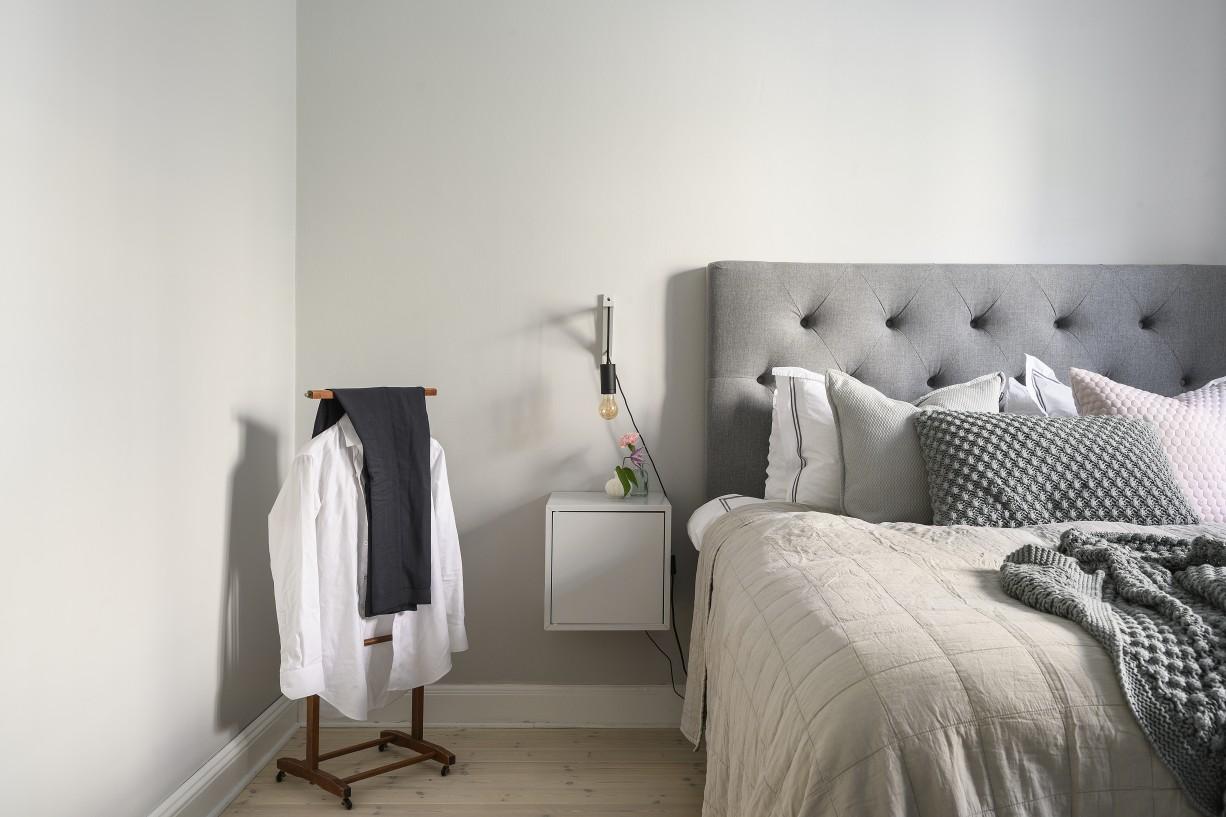Sovrummet rymmer dubbelsäng och mindre möblemang Lundagatan 52