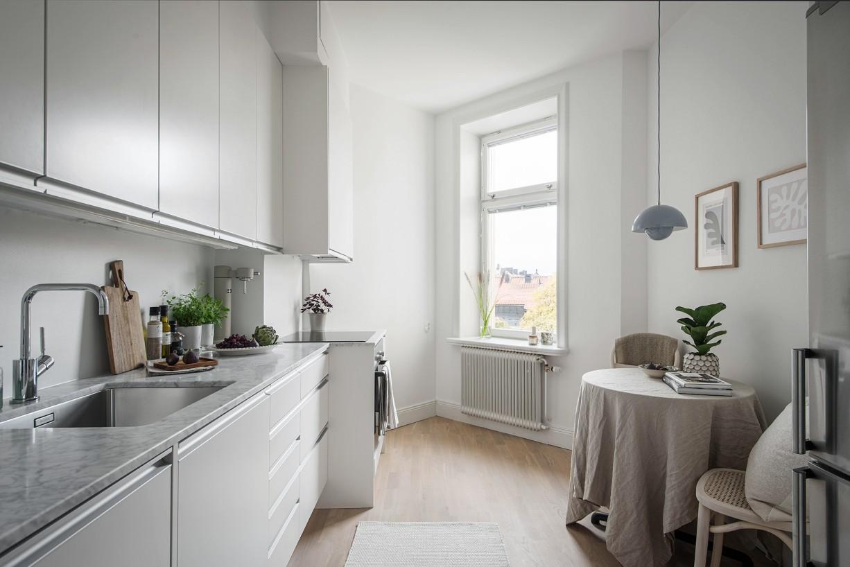 Sobert kök i ljusa toner med tidlös Carraramarmor Torsgatan 59, 5 tr / Karlbergsvägen
