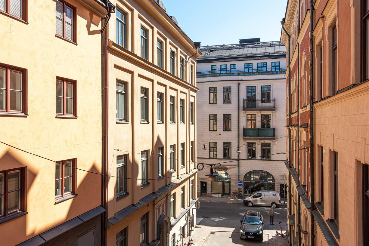 Bilfri gränd mot enkelriktade Regeringsgatan Drottninghusgränd 2