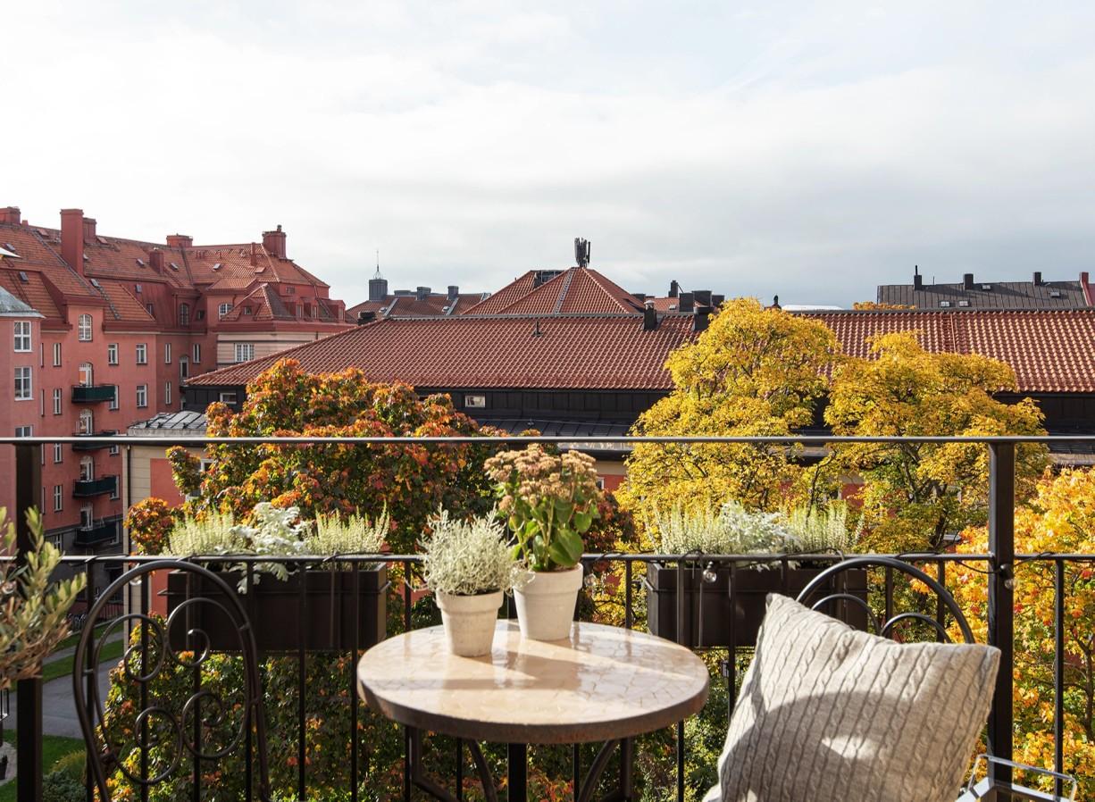 Soldränkt balkong från förmiddag till sen kväll Torsgatan 59, 5 tr / Karlbergsvägen