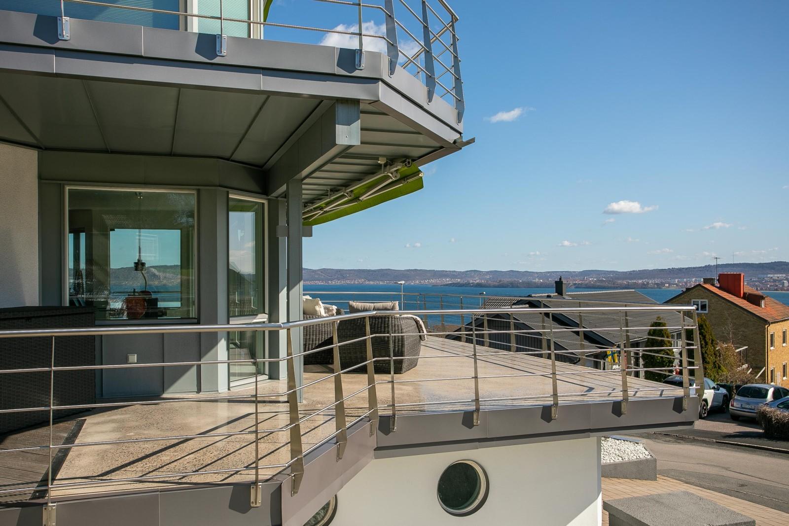 Altan och balkong i entréplan..