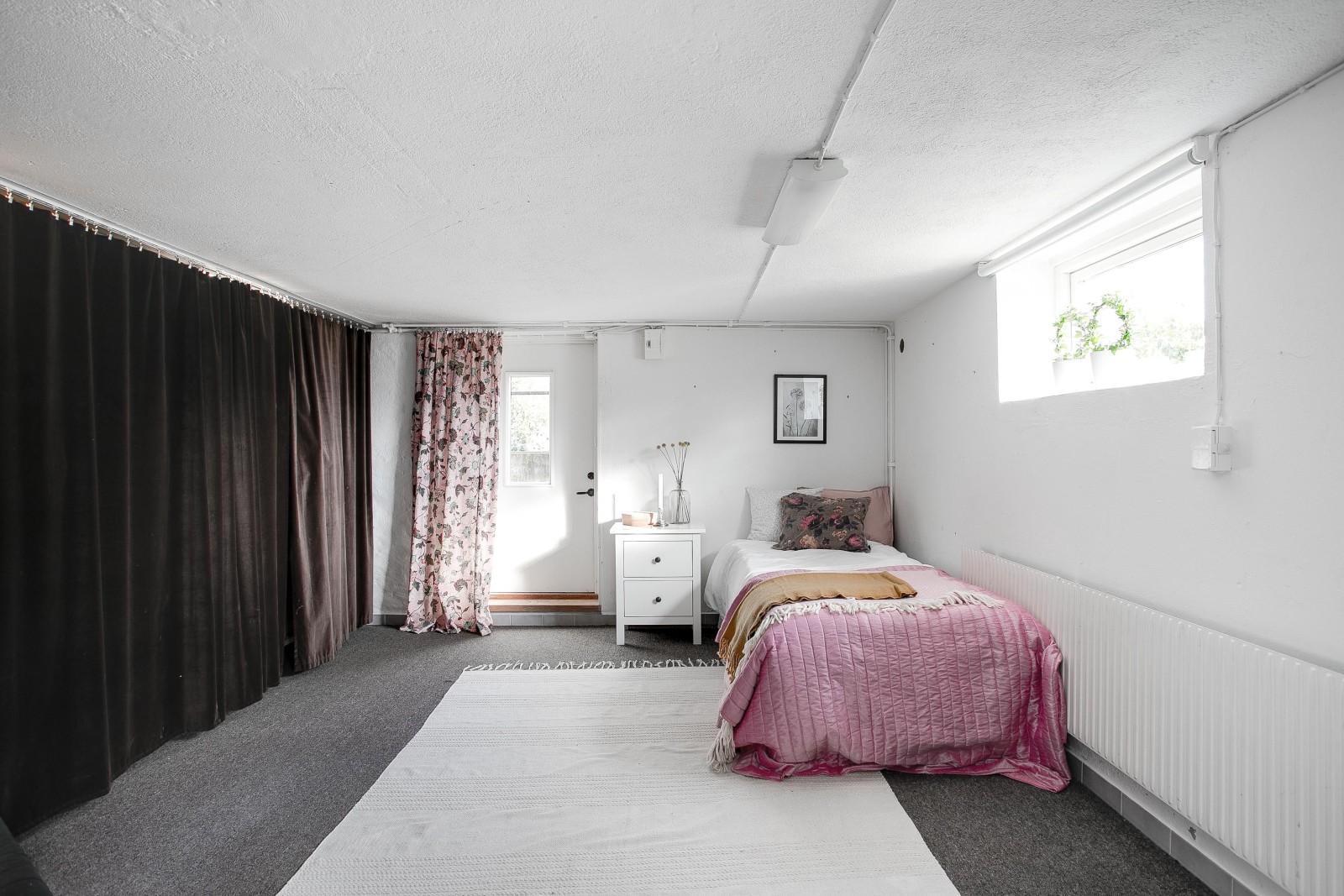 Sovrum - gästrum i källarplan..