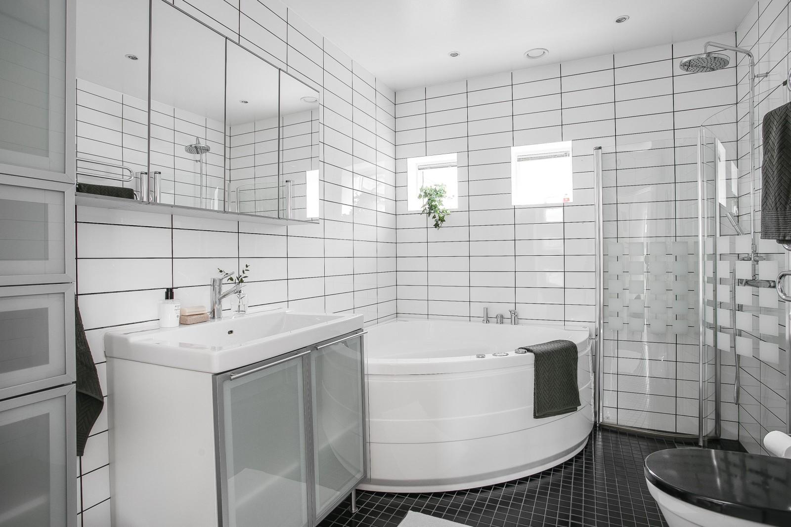 Bad och dusch i entréplan..