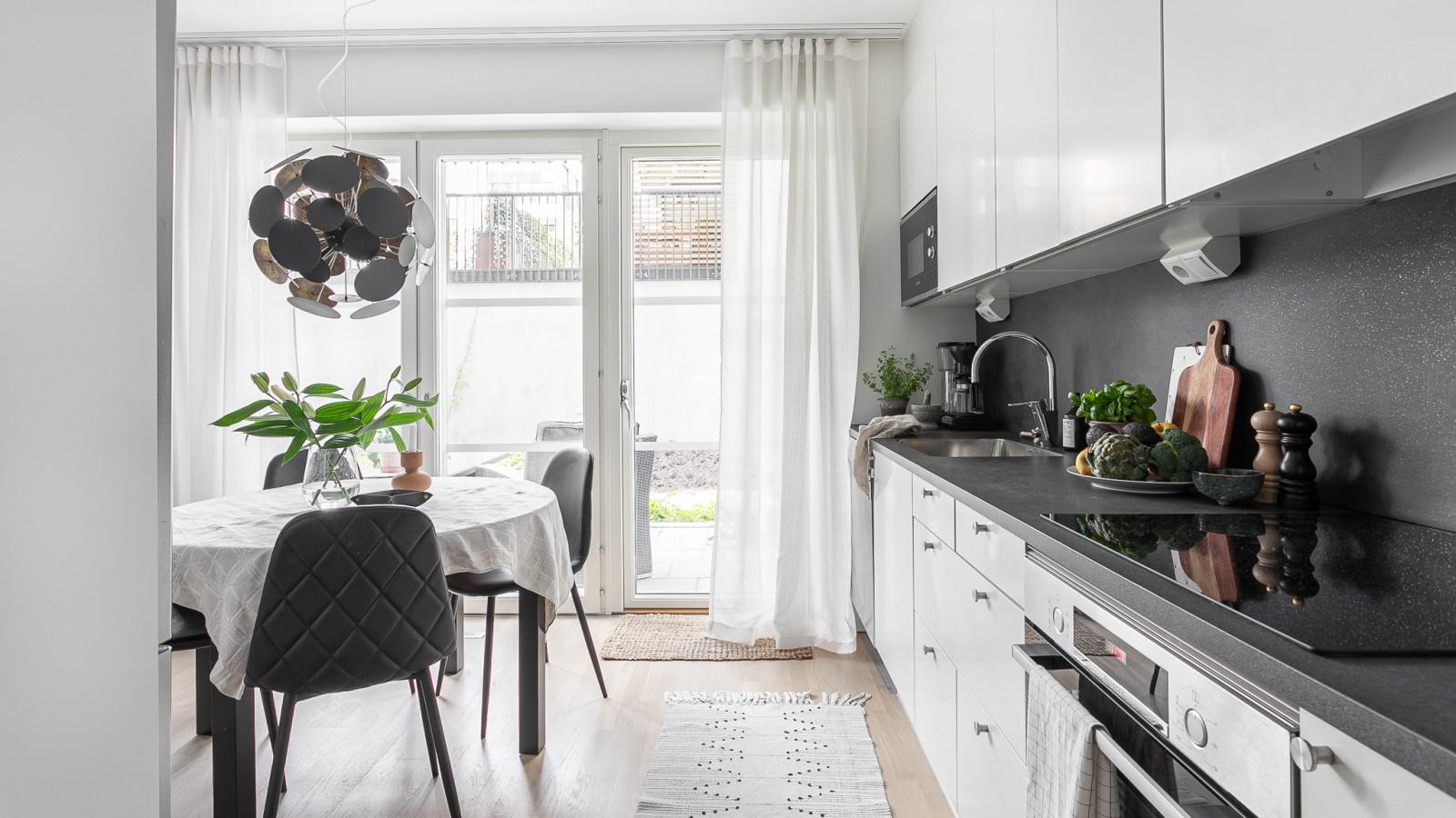 Köket och Matplatsen..